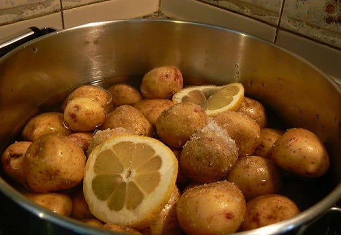 Фото рецепта - Отварной молодой картофель под сырным соусом - шаг 1
