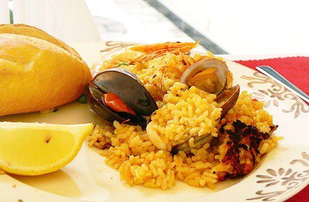 Фото рецепта - Паэлья (плов) с курицей и морепродуктами на гриле - шаг 12