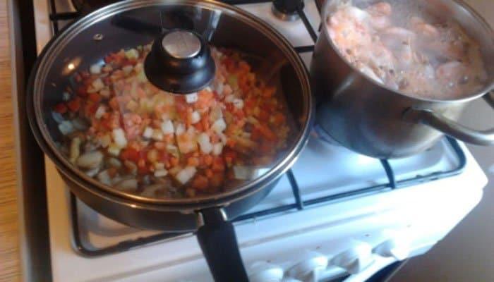 Фото рецепта - Рис с креветками и овощами - шаг 3