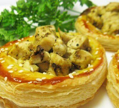 Открытые пирожки с куриной грудкой и соусом песто - рецепт с фото