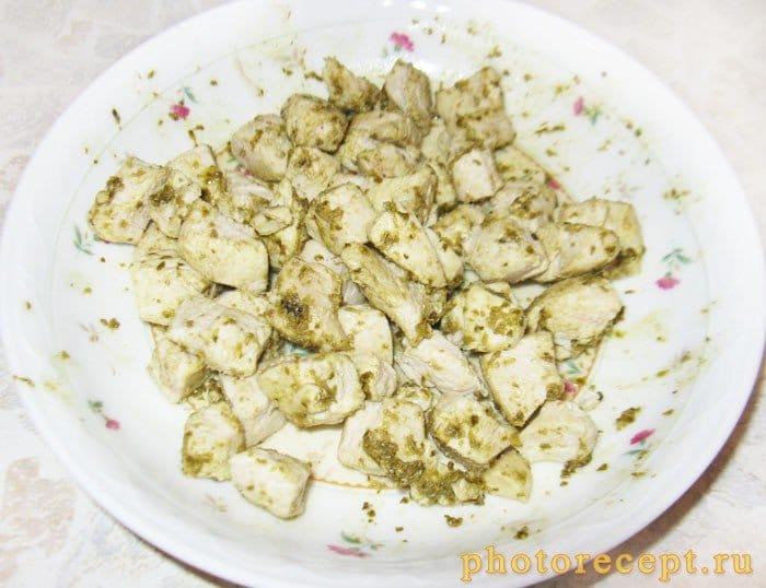 Фото рецепта - Открытые пирожки с куриной грудкой и соусом песто - шаг 2