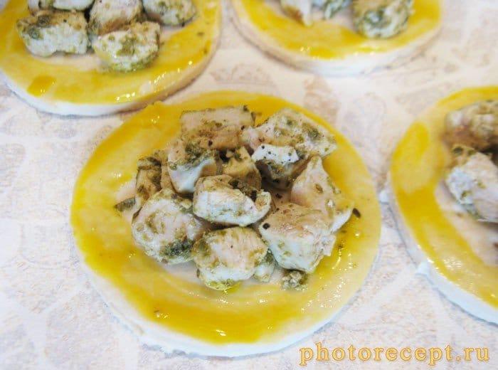 Фото рецепта - Открытые пирожки с куриной грудкой и соусом песто - шаг 4