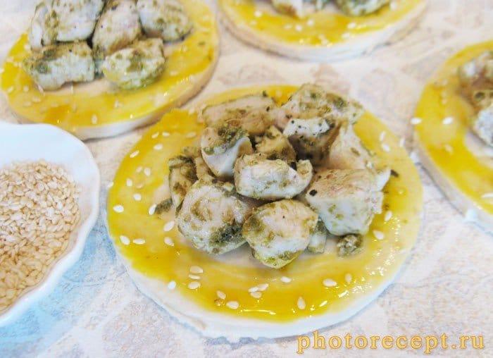 Фото рецепта - Открытые пирожки с куриной грудкой и соусом песто - шаг 5