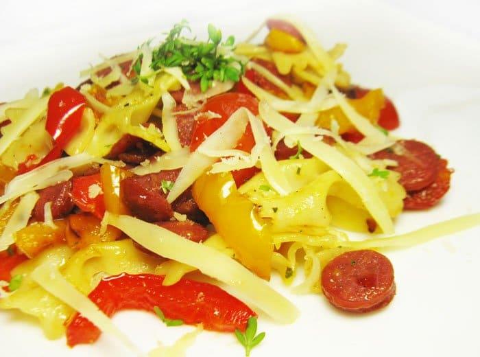Фото рецепта - Паста с помидорами, салями и болгарским перцем - шаг 8