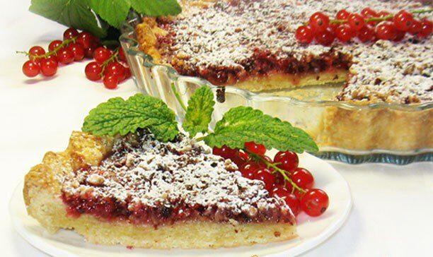 Пирог с красной смородиной и фундуком