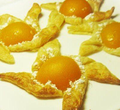 Слойки с персиками - рецепт с фото