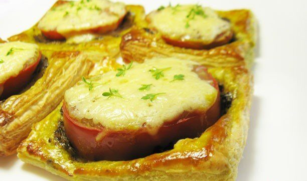 Тарталетки с соусом песто и помидорами
