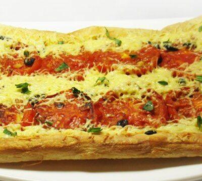 Пирог с жареными помидорами и маслинами - рецепт с фото