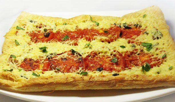 Пирог с жареными помидорами и маслинами