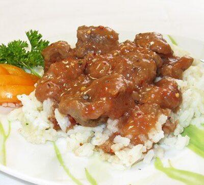 Тушеное мясо в помидорно-луковой подливке - рецепт с фото