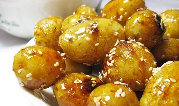 Глазированный молодой картофель с кунжутом