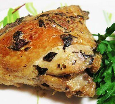 Куриные бедра с базиликом и лаймом, запеченные в рукаве - рецепт с фото