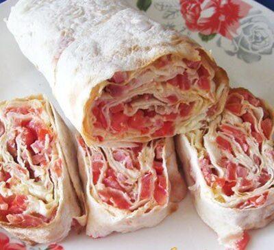 Рулет из лаваша с колбасой, помидорами и сыром - рецепт с фото