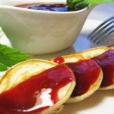 Малиновый соус с оладушками - рецепт с фото