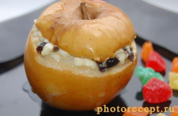 Яблоки, запеченные с творогом, изюмом и черносливом