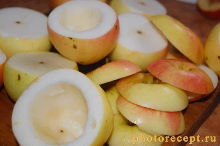 Фото рецепта - Яблоки, запеченные с творогом, изюмом и черносливом - шаг 3