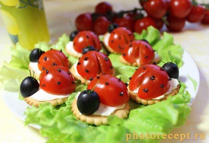 Фото рецепта - Мини-бутерброды – Божья коровка - шаг 7