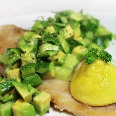 Рыба под салатом из авокадо и огурцов