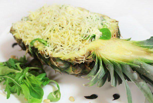 Салат с курицей, грибами и ананасом