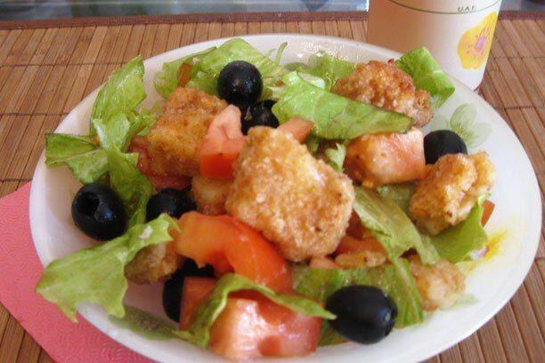Сыр жареный в составе яркого салатного разноцветья