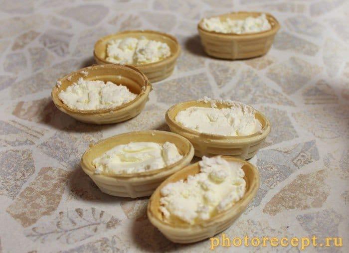 Фото рецепта - Тарталетки с творожным сыром Альметте и семгой - шаг 2