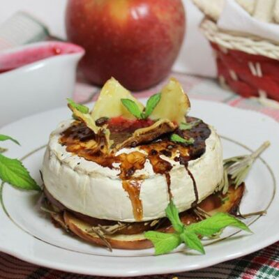 Запеченный сыр камамбер с яблоком и малиновым вареньем