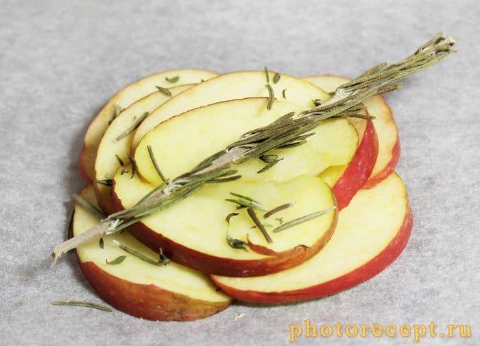 Фото рецепта - Запеченный сыр камамбер с яблоком и малиновым вареньем - шаг 1