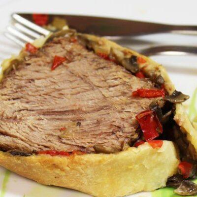 Мясо, запеченное в слоеном тесте с грибами и болгарским перцем - рецепт с фото