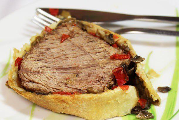 Мясо, запеченное в слоеном тесте с грибами и болгарским перцем