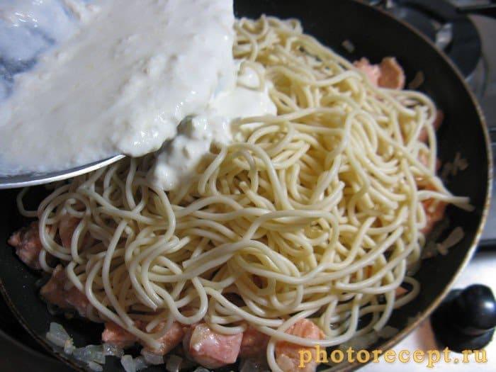 Фото рецепта - Паста с семгой в сливочном соусе - шаг 5