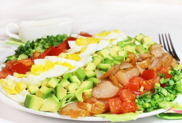 Салат с авокадо и карпаччо из курицы