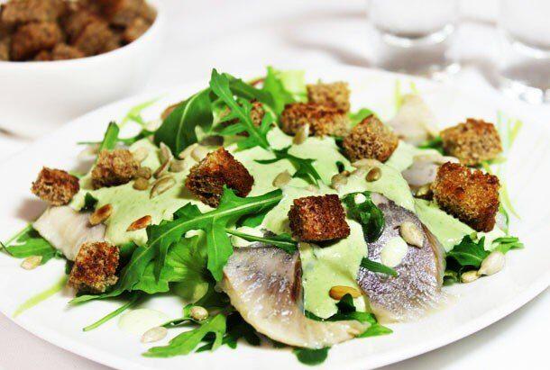 Салат с сельдью и рукколой под зеленым луковым соусом