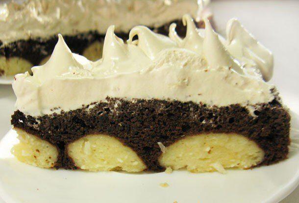 Шоколадный торт с творожными шариками и меренгой