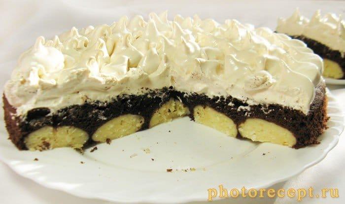 Фото рецепта - Шоколадный торт с творожными шариками и меренгой - шаг 11