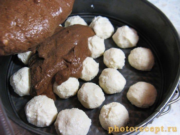 Фото рецепта - Шоколадный торт с творожными шариками и меренгой - шаг 7