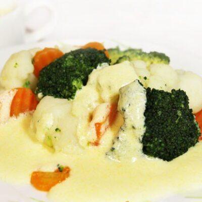 Капуста с морковью под сливочным желтковым соусом - рецепт с фото