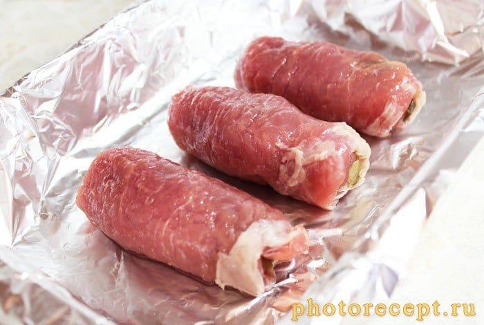 Фото рецепта - Крученики из свинины с грибами - шаг 6