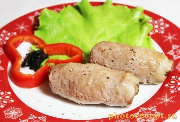 Фото рецепта - Крученики из свинины с грибами - шаг 7