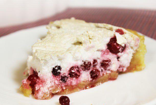 Пирог с брусникой и меренгой