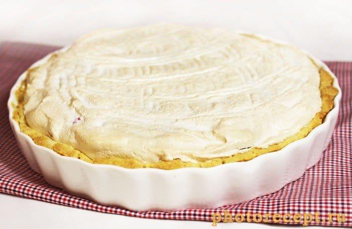 Фото рецепта - Пирог с брусникой и меренгой - шаг 9