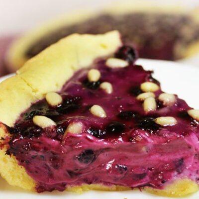 Пирог со сметаной черникой и кедровыми орешками