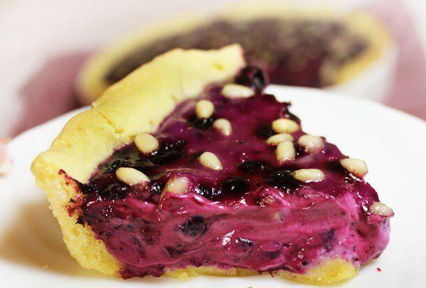 Пирог со сметаной, черникой и кедровыми орешками