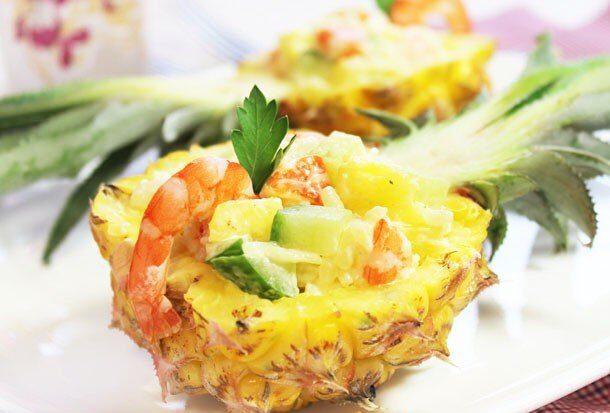 Салат с креветками, огурцом и рисом в ананасе