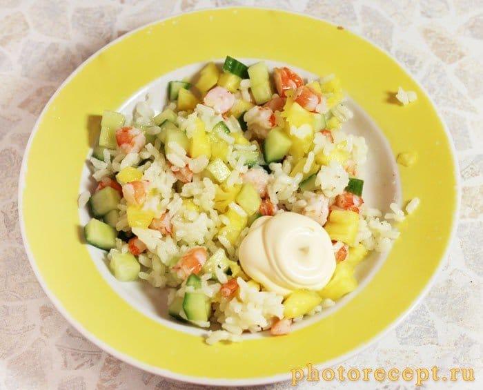 Фото рецепта - Салат с креветками, огурцом и рисом в ананасе - шаг 5