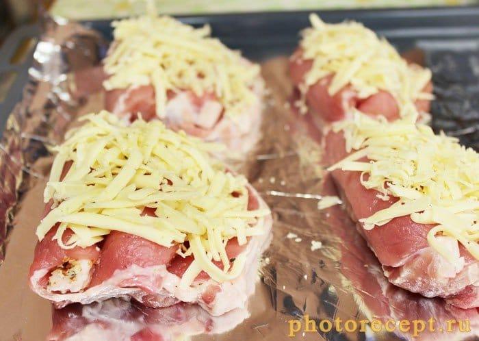 Фото рецепта - Антрекот, запеченный с орехами и помидорами - шаг 6
