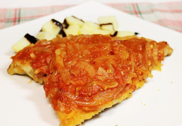 Вкусная жареная камбала под помидорно-луковым соусом