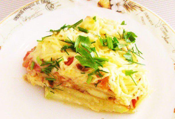 Жареные кабачки с чесноком под овощной шубой и сыром