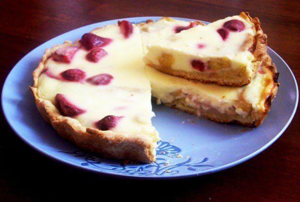 Пирог из песочного теста с фруктами и ягодами