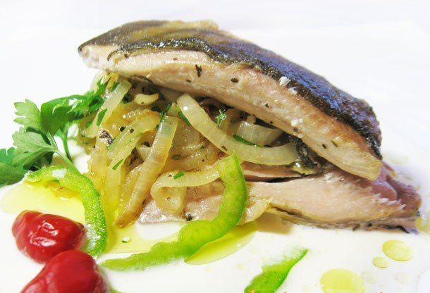 Жареная маринованная рыба с луком в сливках