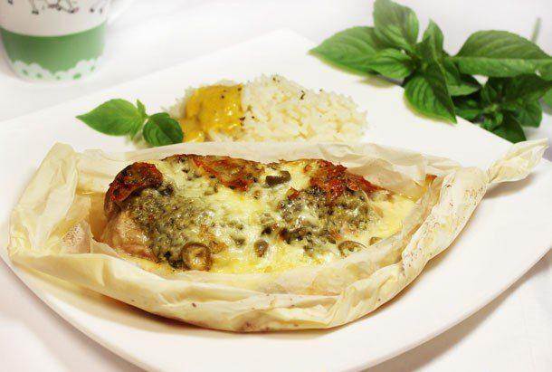 Шницель с соусом песто под сыром